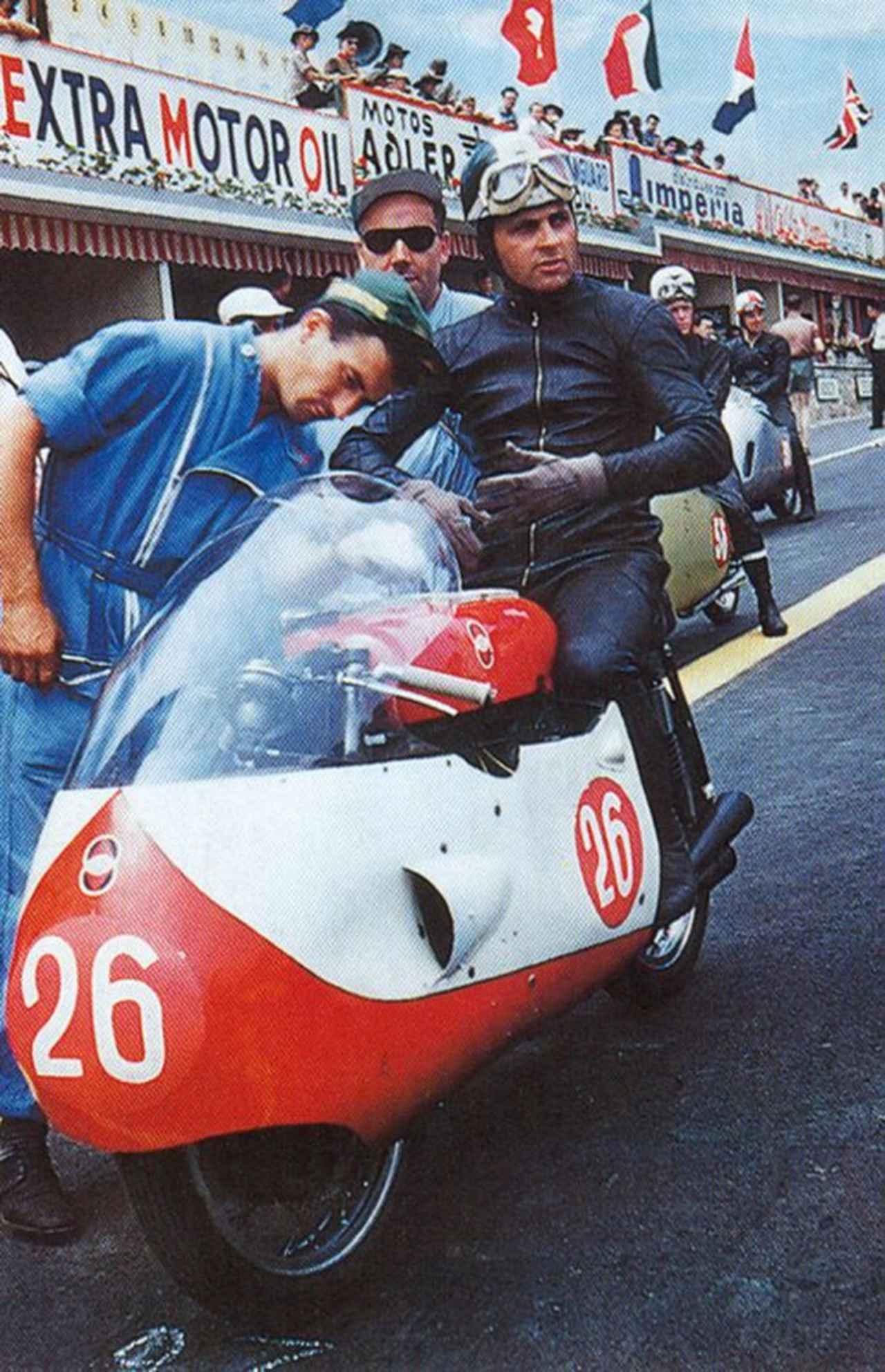 画像: 1957年の世界ロードレースGPの1シーン、リベロ・リベラーティとジレラ4気筒500cc。 www.succesbod.com