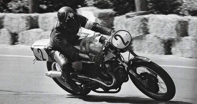 画像: 1970年のモンジュイ24時間耐久レースで、ガス・クーン・ノートン750を駆るB.シーン。 www.pinterest.jp