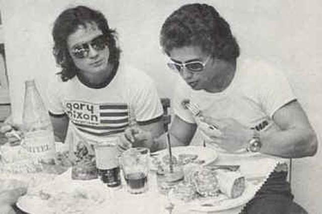 画像: 幸せ? のG.ニクソンTシャツを身につけるB.シーン(左)と、バリーの親友のひとりだったジョニー・チェコット。1975年のマニクールでのひとこまです。 www.classic-motorrad.de