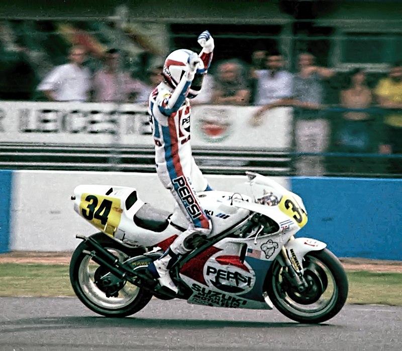 画像: 1989年の英国GP(ドニントンパーク)500ccクラスで優勝したK.シュワンツ(スズキ)。当時はまだ、黄色地の黒文字のゼッケンが500ccクラスに義務つけされていた時代でした。 en.wikipedia.org
