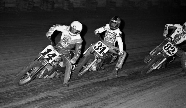 画像: 1986年、アスコットパークでのAMAフラットトラックレースで、有力チームであるバーテルズのハーレーダビッドソンXR750に乗るK.シュワンツ(中央)。そのライディングフォームに、シュワンツらしさを感じさせます。 www.americanflattrack.com