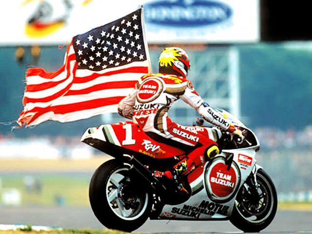画像: 1994年英国GPで優勝した、ゼッケン1のスズキRGV-Γを駆るK.シュワンツ。この勝利は、通算25勝目となる彼のGPキャリア最後の優勝でした・・・。 www.motogp.com