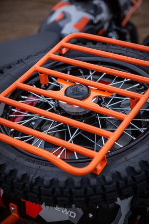 画像: スペアホイール上にはカーゴラックを採用。積載能力がアップしています。なおノビータイヤは、ハイデナウK37をチョイス。 www.imz-ural.com