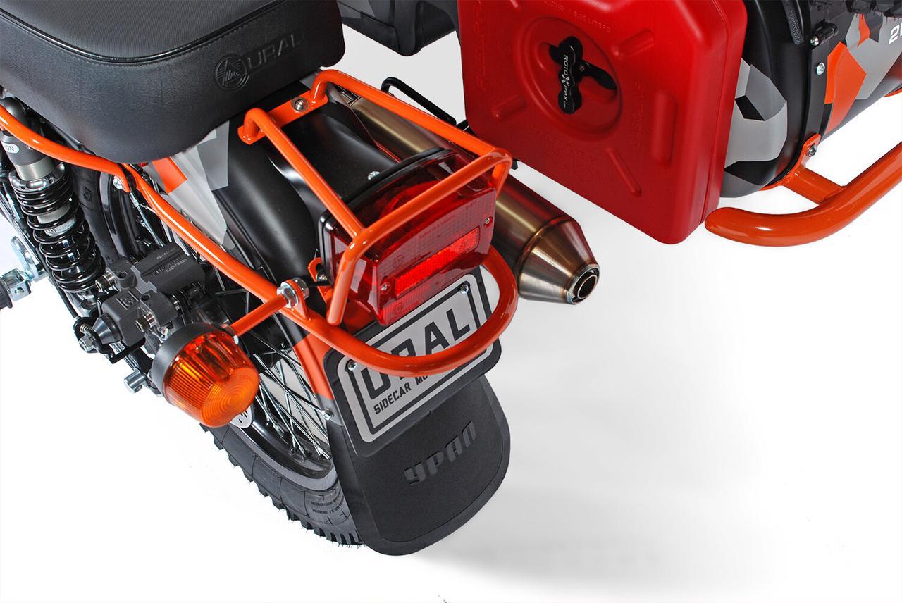 画像: 2-1方式のハイマウントサイレンサーはG.P.R.製ですが、車検適用外品とのことで、納車時は通常のマフラーが装着されるとのことです。側車には、1.5ガロン容量(約5.7リットル)のロトパックス携行缶が取り付けられています。 www.imz-ural.com