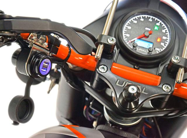 画像: ナビ、スマホ、カメラなどを積むのに最適なRAMマウントと、2つのUSBコネクターをハンドルまわりに備えます。 www.imz-ural.com