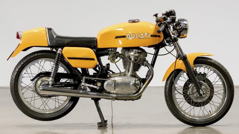 画像: 当時、日本でも人気だったドゥカティ250 Mk3デスモ(1974年型)。高性能軽量スポーツであるドゥカティのデスモシングルは、今日も多くの愛好者がいます。 www.mecum.com
