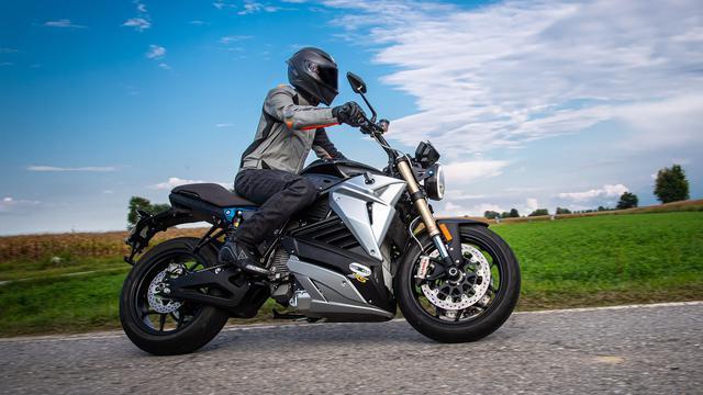 画像: MotoGPのサポートイベント的に開催される、電動バイクによるロードレース「MotoE」にマシンなどを提供するエネルジカの「EVA EsseEsse9+」は、最高出力109hp、最高速200km/hのネイキッドスポーツ。アメリカでの販売価格は$21,350≒2,213,728円です。 www.energicamotor.com
