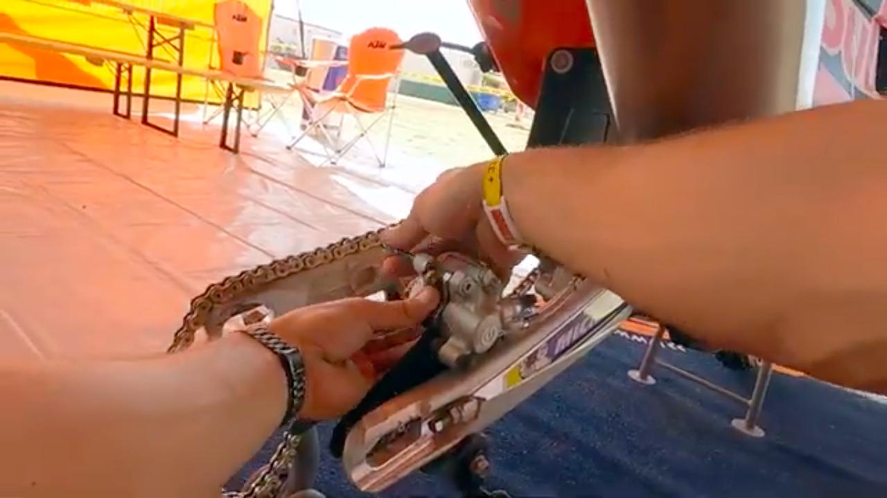 画像: 酷使されるディスクブレーキのパッドは、ステージ毎に交換されるとのことです。 www.youtube.com
