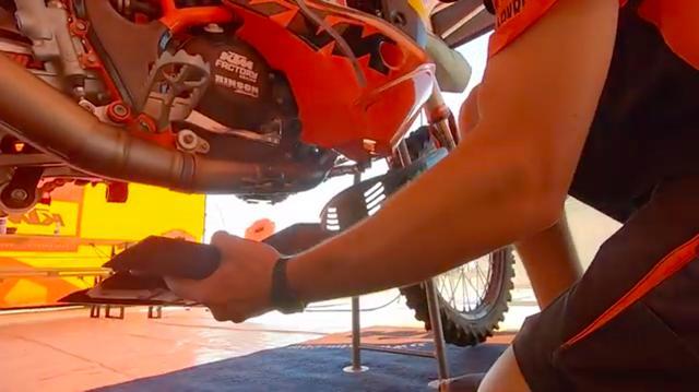 画像: スキッドプレートは、ボルト2本で固定されます。動画内では、450ラリーの整備性が非常に良いことがわかります。 www.youtube.com
