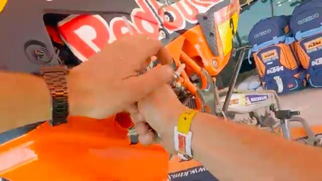 画像: メカニックがヘルメットカムをつけて撮影した動画なので、作業者になった気分でKTM450ラリーの整備光景を楽しめます。 www.youtube.com