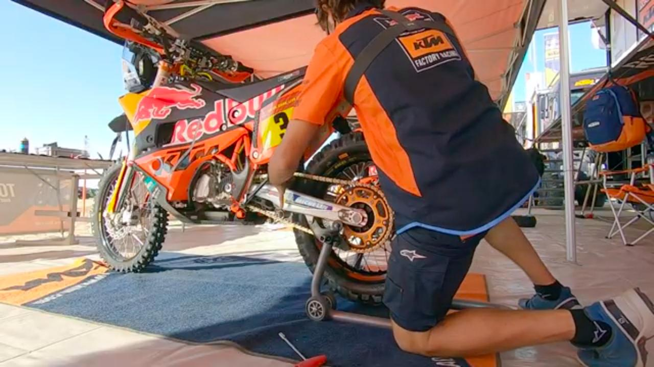 画像: ドライブチェーンの張りを、指で確認。非常にテキパキと、正確に作業が進むので見ていて気持ちいいです。 www.youtube.com