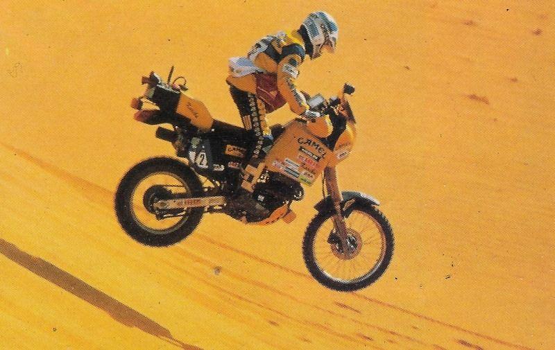 画像: 1988年、ダカールラリーデビューとなった大会を走るJ.アルカロン(メルリン)。 www.pinterest.cl