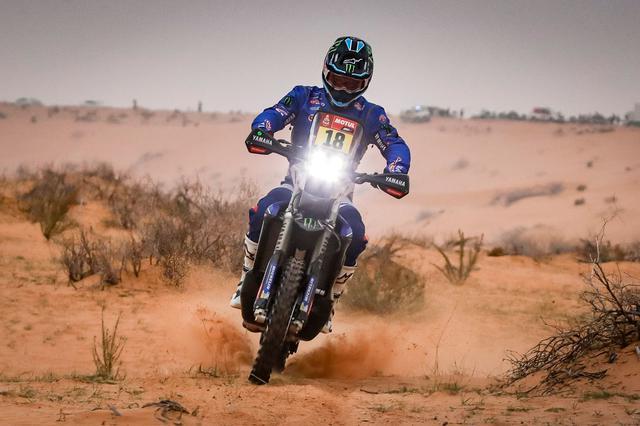 """画像: ステージ7の転倒でマシンにダメージを与え、その修復に時間がかかり首位から42分20秒遅れのステージ27位に終わったR.ブランチ。""""カラハリ砂漠のフェラーリ""""と呼ばれる彼の総合優勝の夢は、この日絶たれることになってしまいました・・・。 www.yamaha-racing.com"""