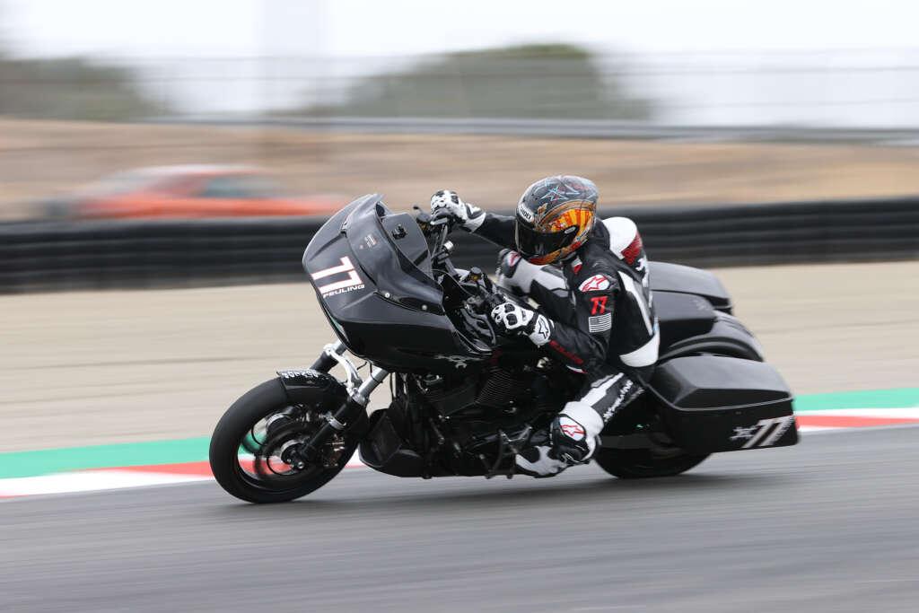 画像: AMAスーパーバイク、SBK(世界スーパーバイク選手権)で活躍した、ベン・ボストロムが昨秋乗った、フューリング・パーツが仕上げたハーレーダビッドソン・ロードグライド。エンジンは2,032ccです。2021年版レギュレーションでは、パニアバッグはリアアクスルから垂直に最大4インチ(101.6ミリ)まで上げてマウントすることが可能です。なおフタとロックは、パニアバッグとして機能することが必須です! https://motoamerica.com/two-wheel-tuesday-spotlight-77-feuling-parts-harley-davidson-road-glide/