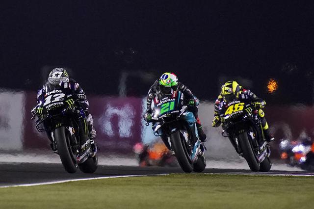 画像: 2019年のカタールGPの光景。左よりマーベリック・ビニャーレス、フランコ・モルビデリ、バレンティーノ・ロッシ(いずれもヤマハ)。 race.yamaha-motor.co.jp