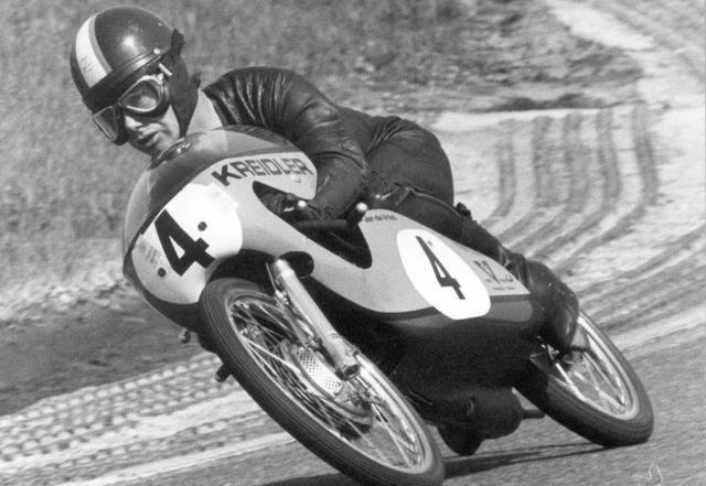 画像: 去る1月、77歳でお亡くなりになったオランダのヤン・デ・フリスとファン・フィーン・クライドラー50。1971年と1973年にGP50ccクラス王者となった氏は、オランダ人初の世界GP王者でもありました。 www.motogp.com