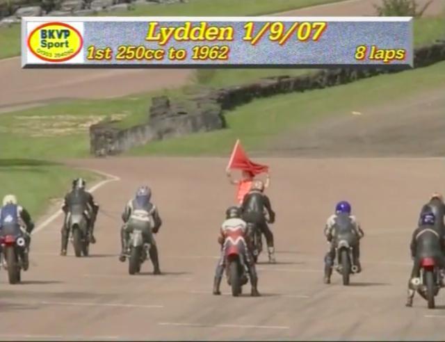 画像: リッデンのスターティンググリッドに並ぶ、250ccのロードレーサーたち。1960年代に世界各国のクラブマンレースで大活躍したドゥカティのOHC単気筒が、このレースの勝者候補の大本命・・・と思うのが普通なのですが・・・。 www.youtube.com