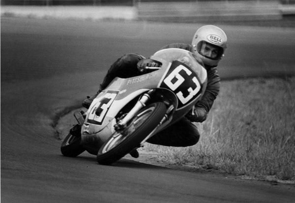 画像: 若い頃はロードレースにも熱中したE.ビューエル。彼は長年のエンジニアとしての活躍が評価され、2002年にAMAの殿堂入りを果たしています。 www.motorcyclemuseum.org
