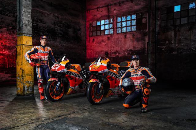 画像: 2021年のレプソル・ホンダ・チームはM.マルケス(左)のパートナーに、弟アレックス・マルケスに代わりKTMから新加入したポル・エスパルガロを起用しました。 motogp.hondaracingcorporation.com