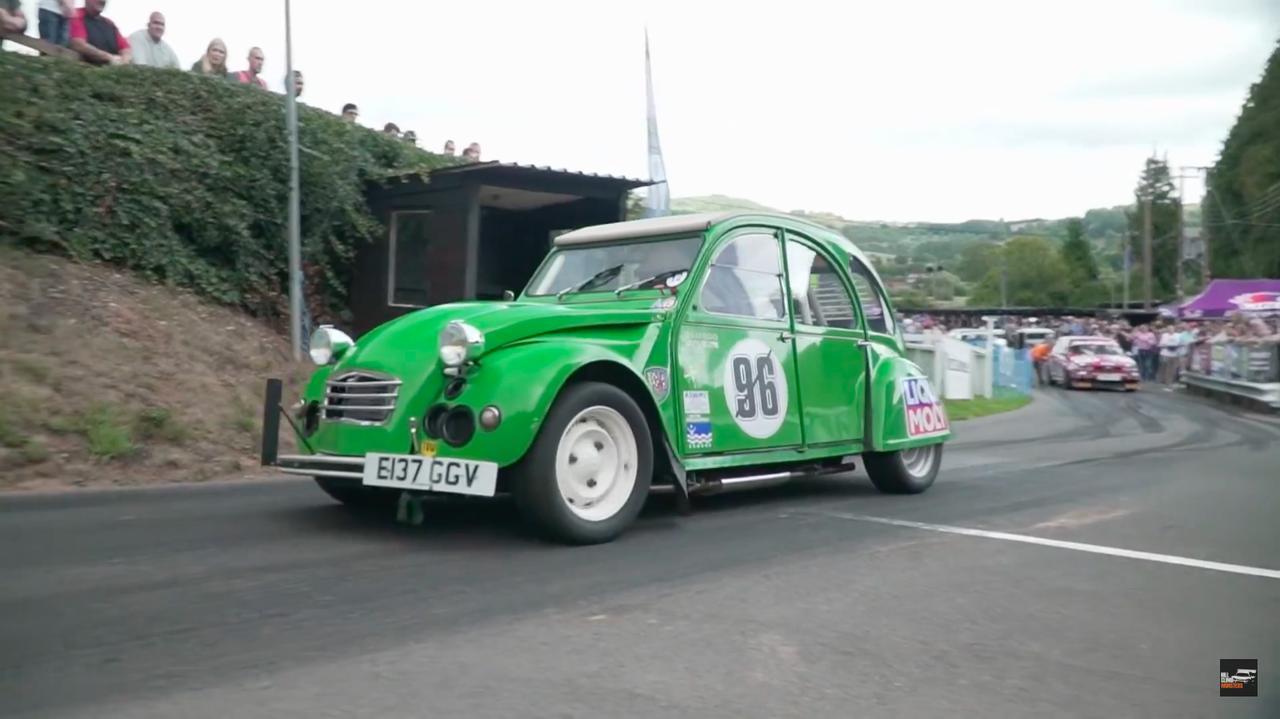 画像: A.デ・フリスさんのシトロエン2CV改。駆動方式はオリジナルと同じくFFです! さすがにオリジナルの細いタイヤでは、154馬力の走りを支えるには心細いのでワイドなものに履き替えられています。 www.youtube.com