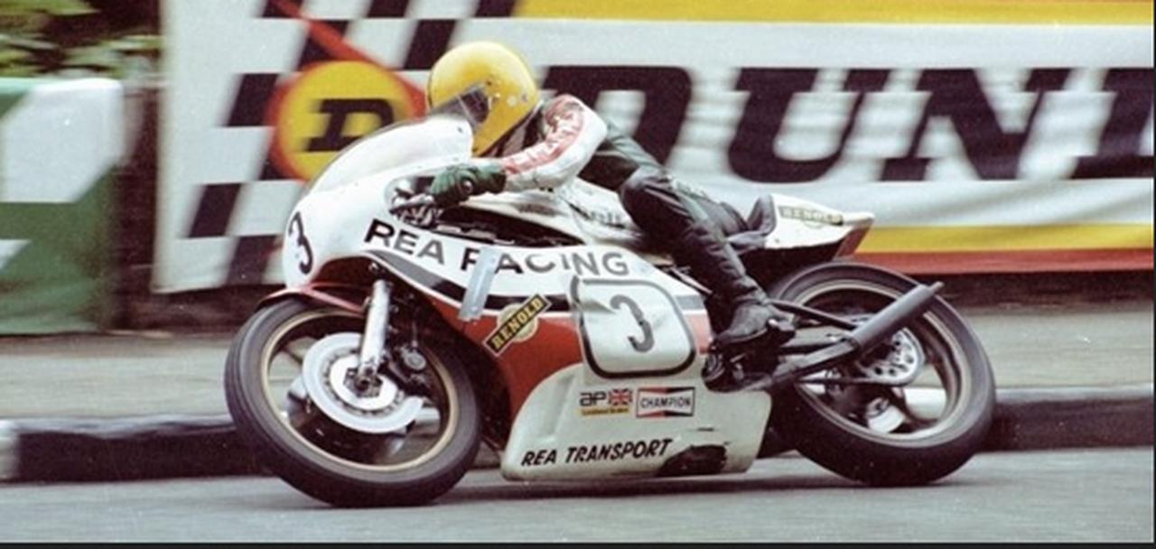 画像: 1980年のクラシックTTで、ヤマハTZ750に乗りキャリア2勝目となるTT勝利を手にしたJ.ダンロップ。そのフェアリングには、REA RACINGとREA TRANSPORTのロゴを見ることができます。 www.facebook.com