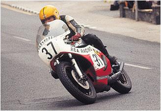 画像: 1977年マン島、記念すべきジュビリーTTで初優勝を飾ったJ.ダンロップ。 www.vf750fd.com