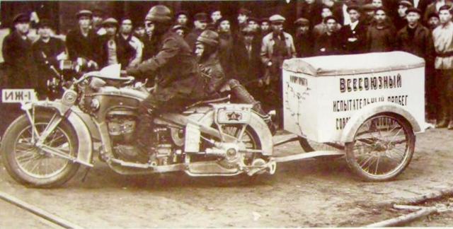 画像: 1929年に撮影された、トレーラーを牽引して走るIzh-1サイドカー。 b-cozz.com