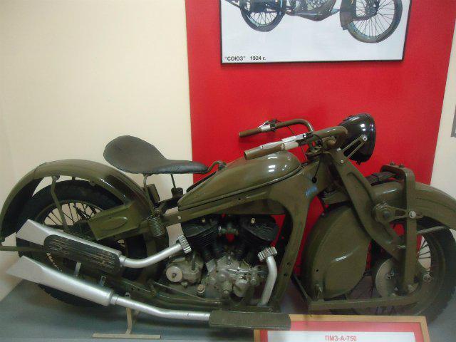 画像: ウラルの先祖的モデルのM-72が主流になる前、活躍したPMZ-A-750 (1934-1940年)。P.V.モザロフをリーダーとする開発チームにより、最初のNATI-A-750が1933年5月に完成。750ccのVツインを搭載し、サイドカー用にも使われました。なお1934年7月からは、ポドルスキー・メカニカル・プラント=PMZで生産されています。 www.automotomuseum.ru