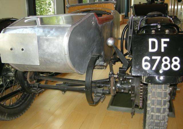 画像: ボーンSWDサイドカーの側車輪駆動メカニズムがよくわかるカット。ドライブチェーンで駆動される本車後輪の車軸から、シャフトを介して側車輪を駆動します。駆動力の連結/切断は、ドッグ・クラッチが担っています。 www.gracesguide.co.uk