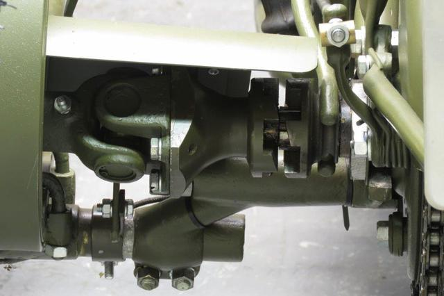 画像: ボーン同様に、本車後輪から駆動力を取り出し、ドッグ・クラッチとユニバーサル・ジョイントを介して、側車輪を駆動します。 www.yesterdays.nl