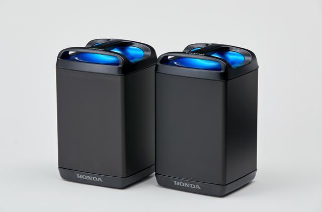 画像: リース専用車としてホンダが用意する「PCX ELECTRIC」の着脱式モバイルパワーパック。リチウムイオン電池のモバイルパワーパックを動力用電源として2個を使用する方式で、モバイルパワーパックは1個あたり電圧48V、重量約10kgという諸元です。 www.honda.co.jp