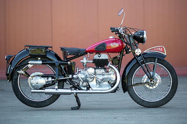 画像: 民間向けマルテは、車体を黒に塗り、赤い燃料タンクを備えていました。またエキゾーストパイプがストレートタイプになり、車体右側にレイアウトされているのも特徴です。 www.pipeburn.com