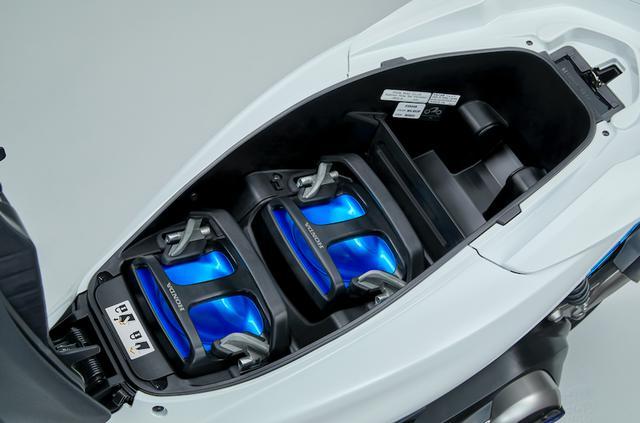 画像: ホンダPCX ELECTRICの、シート下スペースにおさまる脱式モバイルパワーパック。 www.honda.co.jp