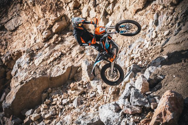 画像: KTMの電動オフロードバイク、フリーライドE-XC。110分でフル充電。75分で80%まで充電が可能です。 media.ktm.com