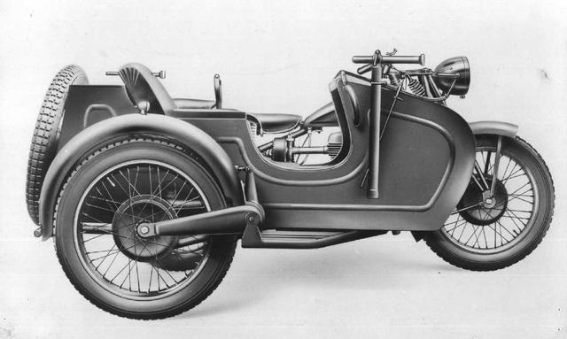 画像: マルテのカーの特徴は、本車(バイク)側と同じタイプのスイングアームを採用する点です。なお最大乗車人員は3名でした。 press.piaggiogroup.com