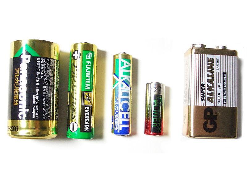 画像: 乾電池の規格で一番最初に生まれたのは、1898年のDセル(単1、写真左)でした。 ja.wikipedia.org