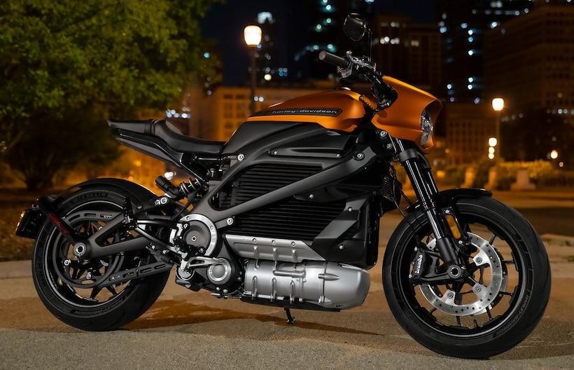 画像: 日本では3,493,600円(税込)で販売されている、ハーレーダビッドソンの電動バイク「ライブワイヤー」。市街地で235km、高速道路では152kmの走行が可能です。 www.harley-davidson.com