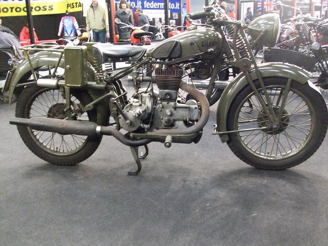 画像: 軍用のジレラ500LTEは、1937年から戦後の1950年まで生産されました。なおジレラのパテントのスイングアームは、1940年型から仕様変更を受けています。 www.flickr.com