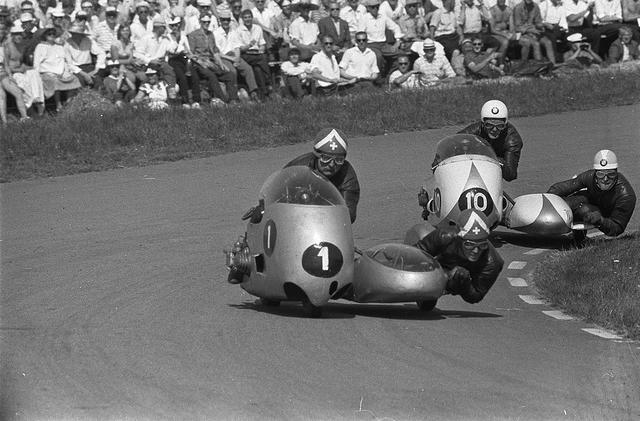画像: 1960年ダッチTTのフロリアン・カマティアス/ローランド・フォル組。世界ロードレース選手権サイドカークラスでは1954年から1974年の約20年間、そのほとんどのタイトルをBMWフラットツインが独占していました。パッセンジャーが積極的に体を前後左右に動かし、車体の挙動をコントロールする姿を見るのも、レーシングサイドカー観戦の醍醐味のひとつです。 www.wikiwand.com