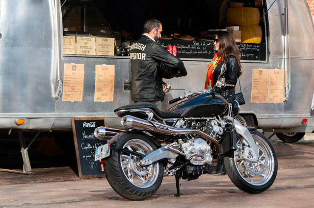"""画像: タンデム可能な""""Lawrence""""は、大人の男、大人の女が似合います。 www.broughsuperiormotorcycles.com"""