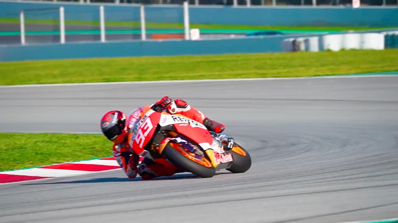 画像: ポルティマオ・サーキットを、ホンダRC213V-Sに乗って走るM.マルケス。公道市販車としては超高額なRC213V-Sですが、MotoGPライダーのプライベートテスト用のバイクとしては、最適な1台と言えるでしょうね。 www.youtube.com