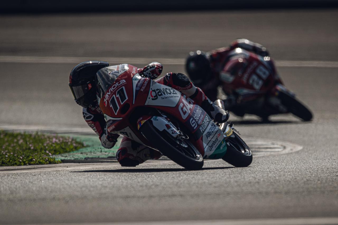 画像: I.グエバラを従え、コーナーを駆け抜けるS.ガルシア。