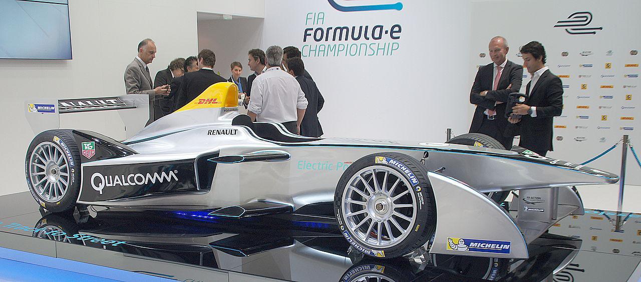 画像: 2014年にスタートしたフォーミュラeの第1世代車、スパーク・ルノーSRT_01 E。この車両のバッテリーシステムを担当したのはWAE(ウィリアムズ・アドバンスト・エンジニアリング)でした。なお2022-2023年シーズンからの第3世代車のバッテリーシステムも、再びWAEが担うことになっています。 en.wikipedia.org