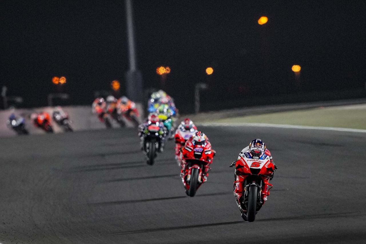 画像: 1周目、首位のF.バニャイア(ドゥカティ)を追う集団。先頭からJ.ザルコ、J.ミラー、J.マルティンの3台のドゥカティ。 www.pramacracing.com