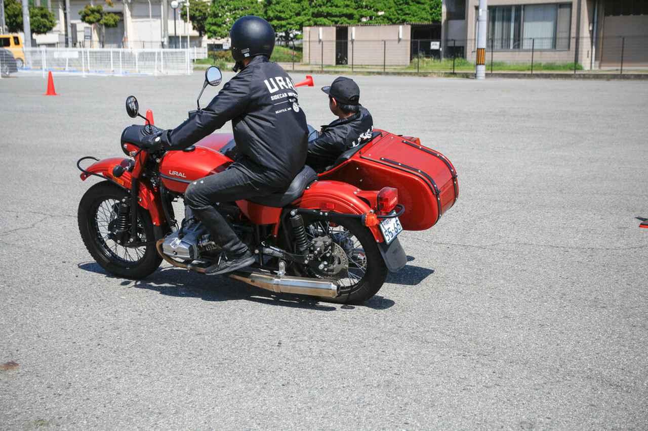 画像: カー側が浮き上がることがある・・・のもサイドカーの挙動のひとつ。試乗会では熟練スタッフの運転による、サイドカー側試乗を体験することもできます。なお今回の試乗会ではヘルメットとグローブの貸し出しも行いますが、COVID-19対策の観点からするとライディングギアの類は持参するのがベストでしょう。 www.ural-jp.com