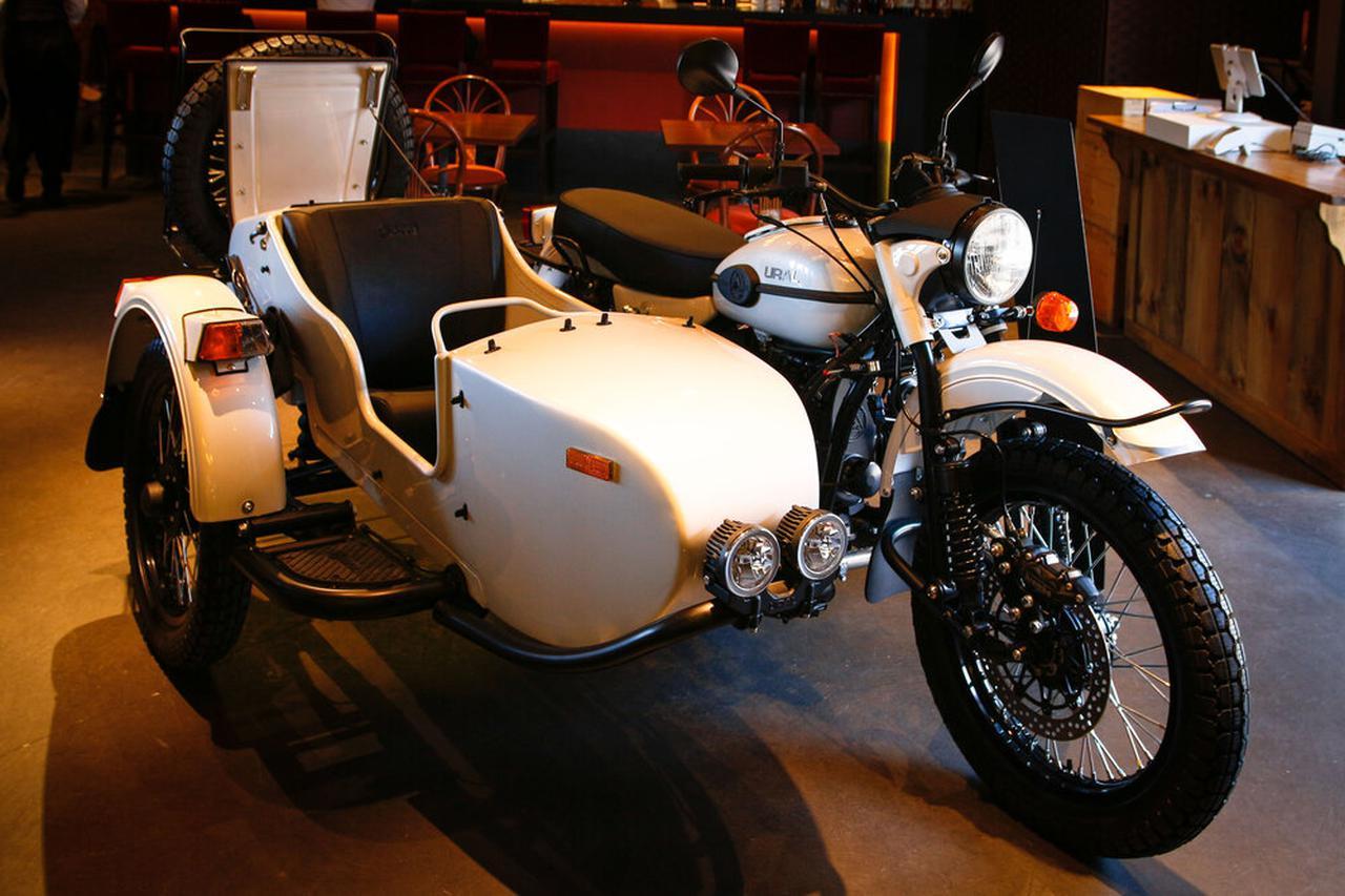 画像: ¥2,370,500 〜(税込)から購入できる2WDモデルのバリエーションのひとつ、ギアアップ サハラ。2WDモデルは自動二輪免許がなくてもOKで、普通4輪免許で運転できるのが特徴。1WD状態と2WD状態では操舵感や挙動がガラリと変わるので、ぜひこの違いを試乗会で体験してみてください。 www.ural-jp.com