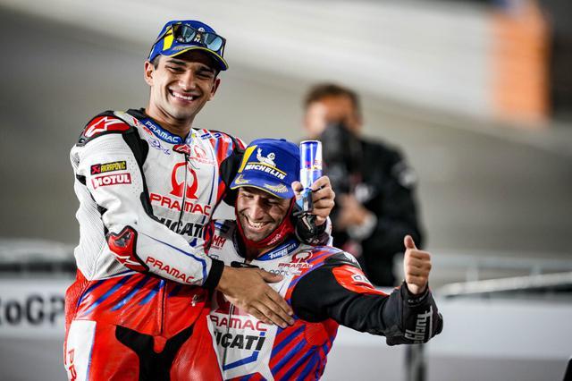 画像: 若き僚友、J.マルティンを抱え、サテライト勢による表彰台獲得を喜ぶJ.ザルコ(右)。 www.pramacracing.com