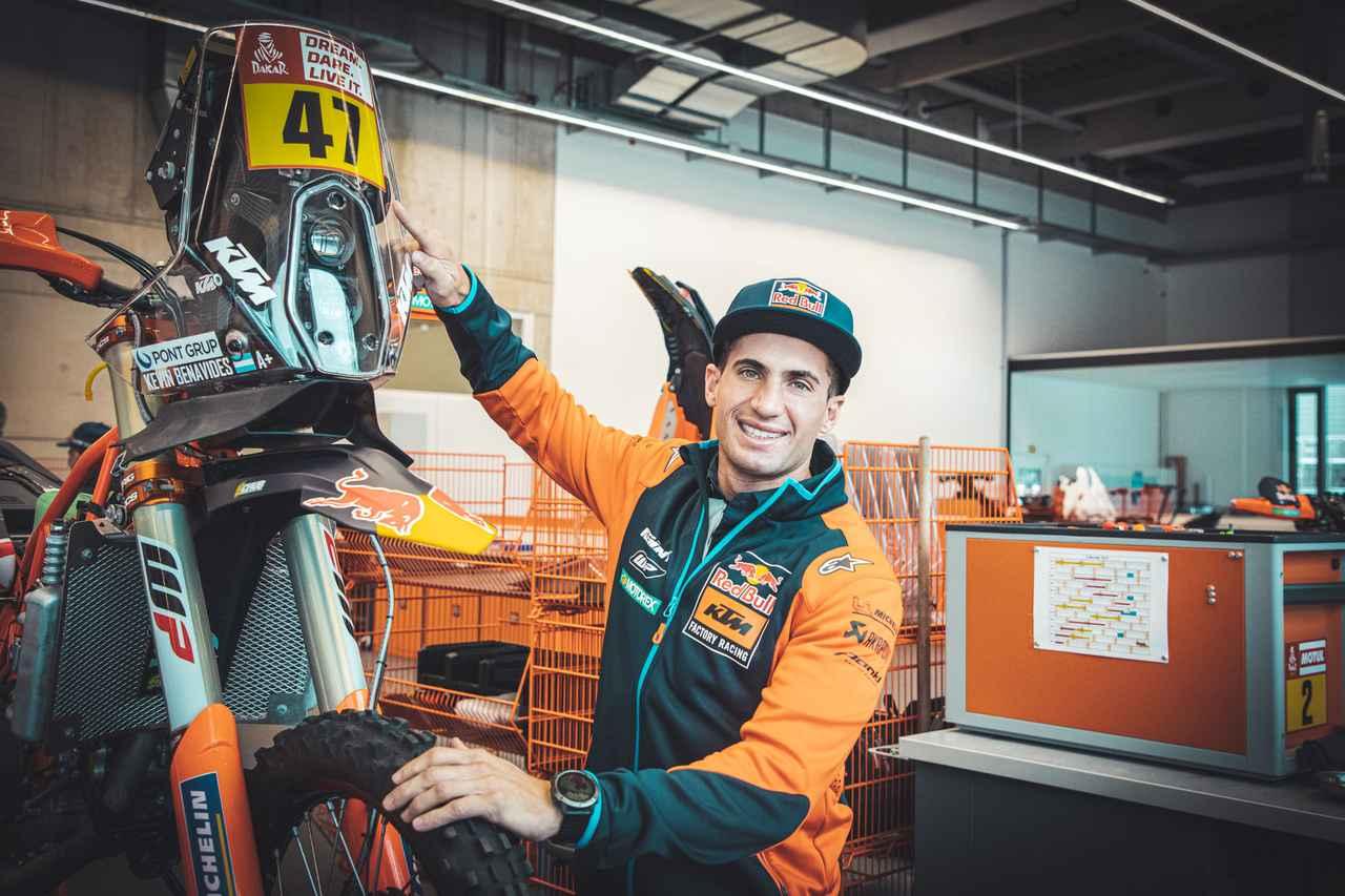 画像: 本拠地オーストリアにて、新しい相棒となるKTM450ラリーとともに写真におさまるK.ベナビデス。 www.ktm.com