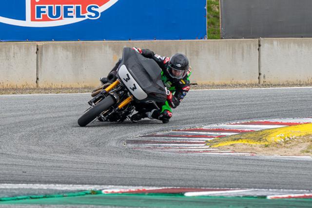 画像: ウェザーテック・レースウェイ・ラグナセカで、ハーレーダビッドソンのワークス・バガーをテストするカイル・ワイマン。 motoamerica.com