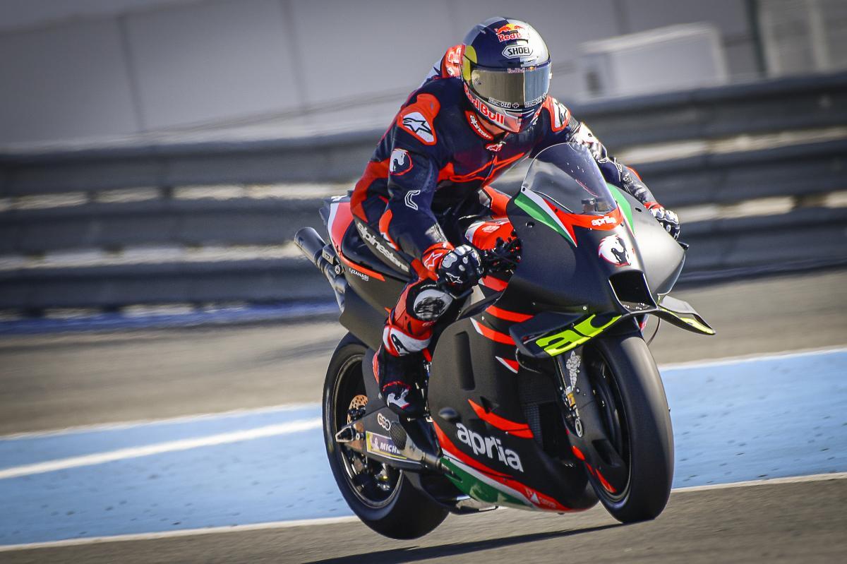 画像: アプリリアRS-GPをヘレスでテストするA.ドヴィツィオーゾ。彼がアプリリア製ロードレーサーに乗るのは、世界ロードレースGP(現MotoGP)デビュー年の2001年以来(125cc)です。 www.motogp.com